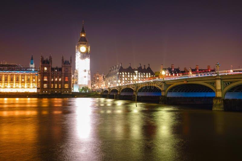 Escena de la noche de Big Ben y casa del parlamento en Londres fotos de archivo libres de regalías