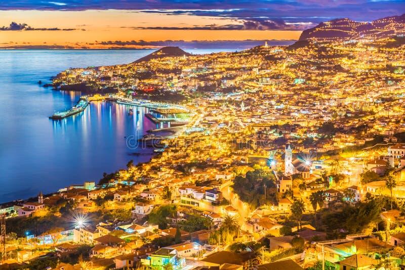 Escena de la noche de la capital de Funchal imagen de archivo