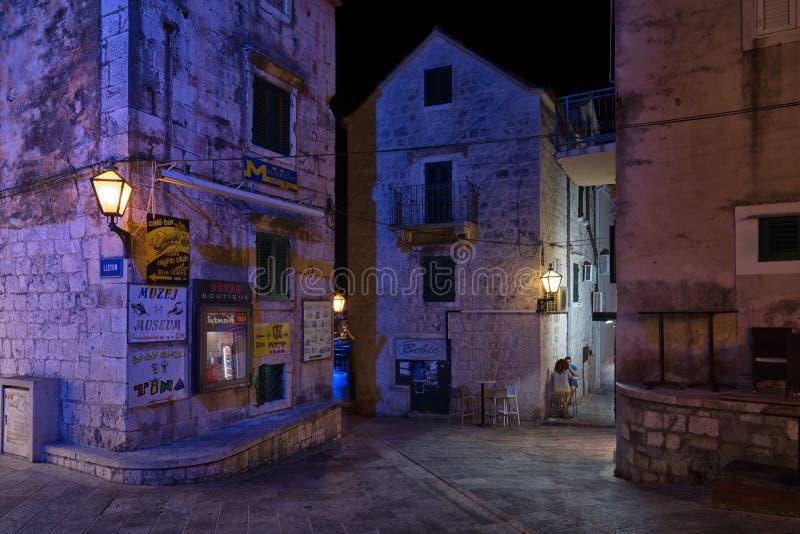 Escena de la noche, ciudad vieja de Makarska, Croacia imagen de archivo