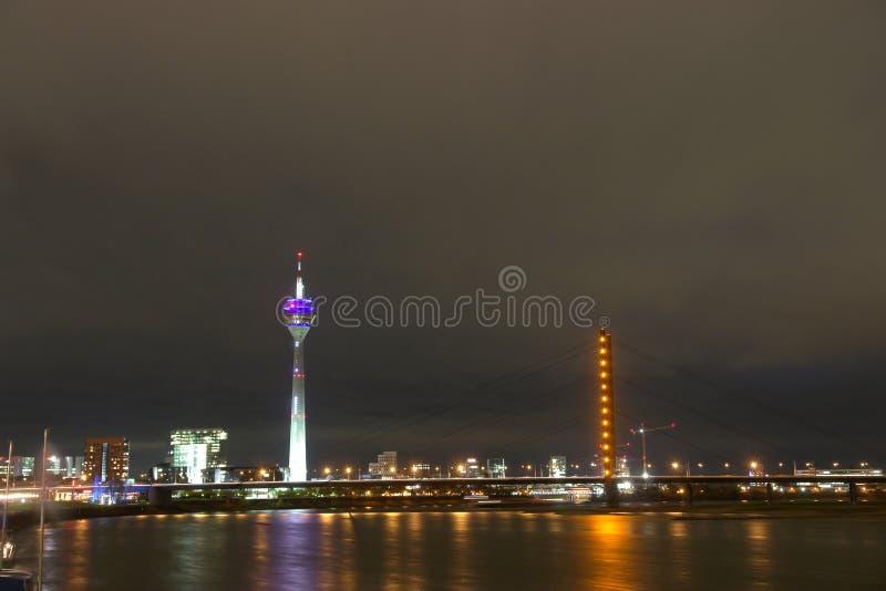 Download Escena De La Noche De Düsseldorf - De Alemania Foto de archivo - Imagen de arquitectónico, nublado: 7150322