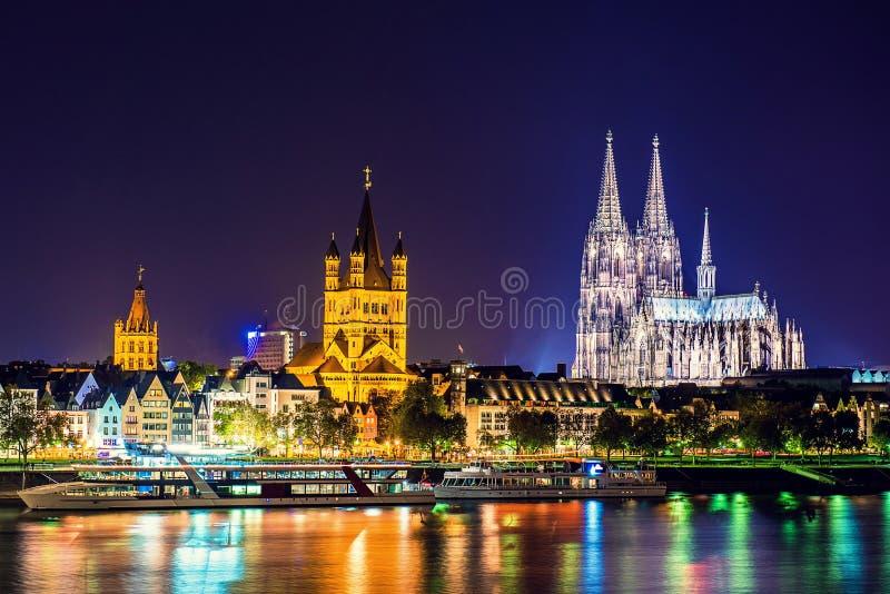 Escena de la noche de la catedral de Colonia foto de archivo
