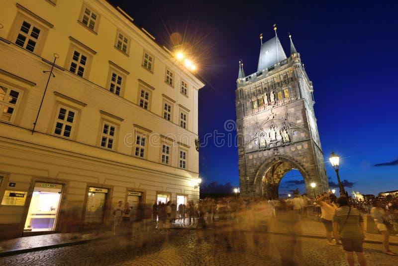 Escena de la noche de la ciudad y del puente viejos de Charles imagen de archivo