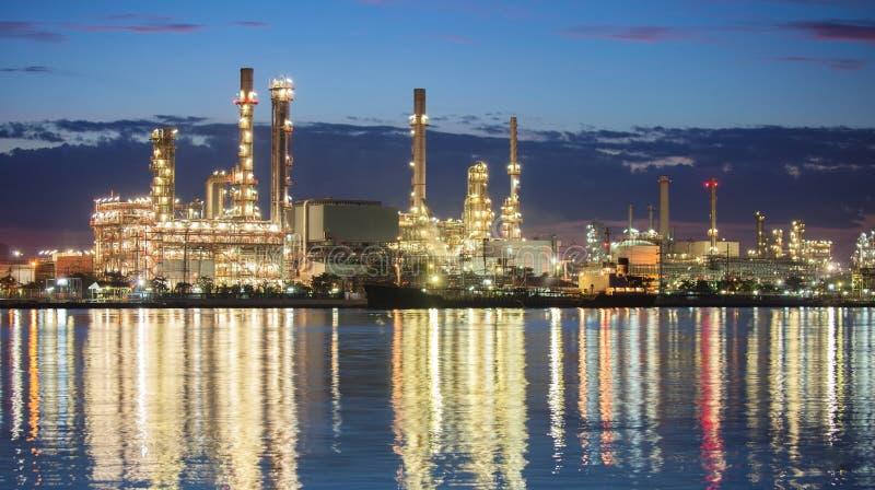 Escena de la noche de la industria petroquímica del panorama fotos de archivo libres de regalías