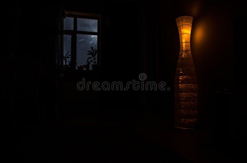 Escena de la noche de la luna vista a través de la ventana del sitio oscuro fotografía de archivo libre de regalías