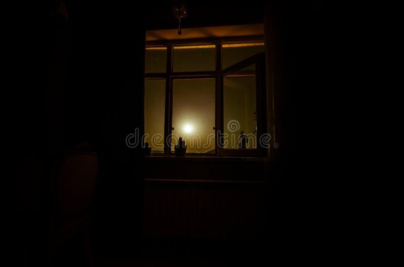 Escena de la noche de la luna vista a través de la ventana del sitio oscuro fotos de archivo libres de regalías
