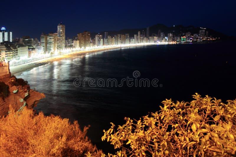 Escena de la noche de la playa de Benidorm imagenes de archivo