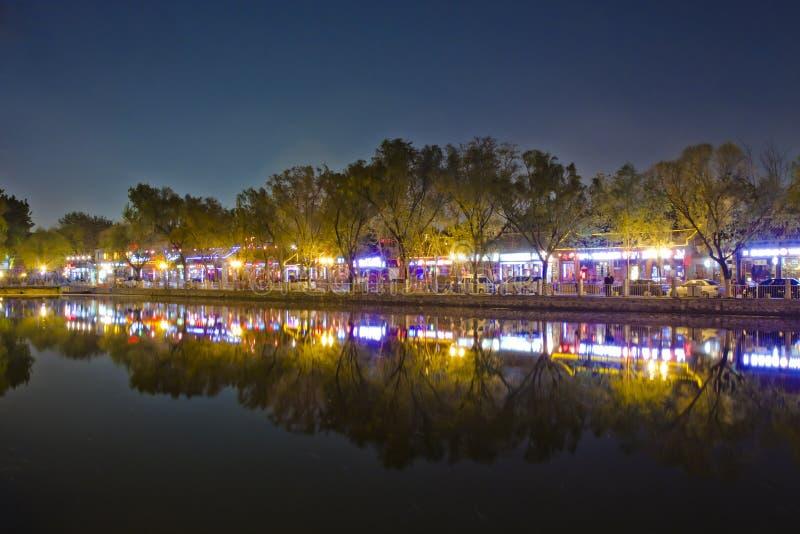 Escena de la noche de la reflexión del lago en Pekín Houhai imagen de archivo libre de regalías