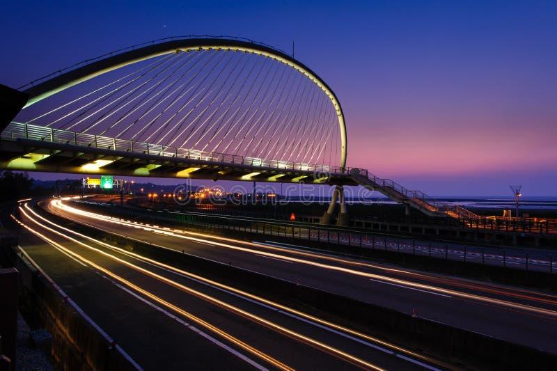 Escena de la noche de puente colgante imagen de archivo libre de regalías