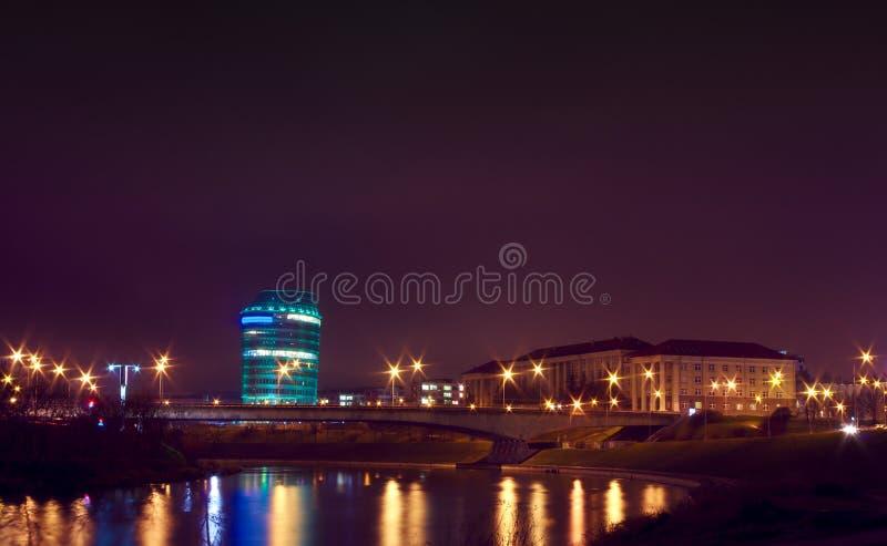 Escena de la noche de Vilnius, de la universidad y de oficinas fotos de archivo libres de regalías