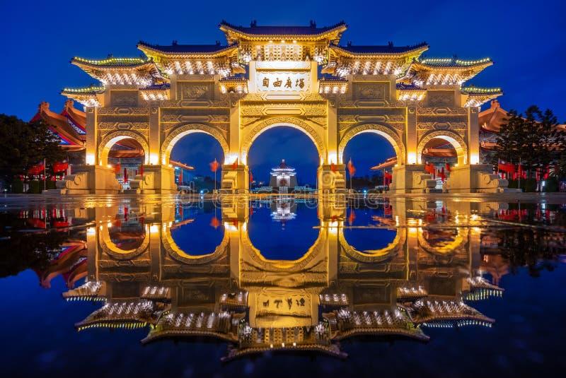 Escena de la noche del cuadrado de la libertad en Taipei imagen de archivo