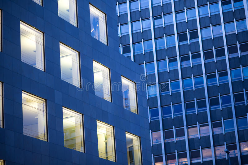 Escena de la noche del edificio de oficinas foto de archivo