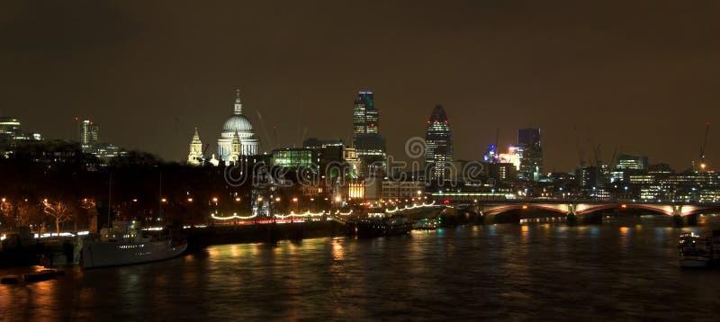 Escena de la noche del horizonte de Londres foto de archivo
