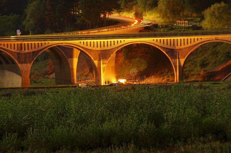 Escena de la noche del lugar que acampa del puente y de la gente imagen de archivo