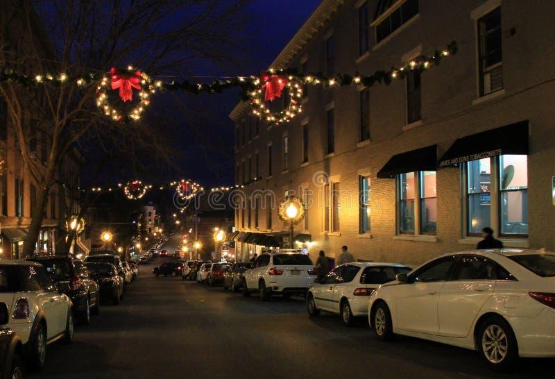 Escena de la noche durante la estación de la Navidad, Caroline Street, Saratoga, Nueva York, 2015 imágenes de archivo libres de regalías