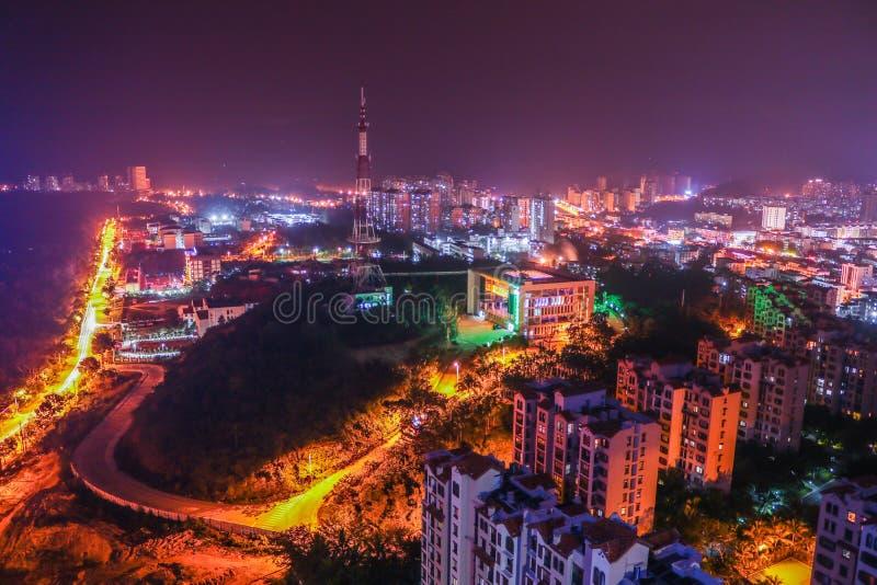 Escena de la noche en una pequeña ciudad fotografía de archivo
