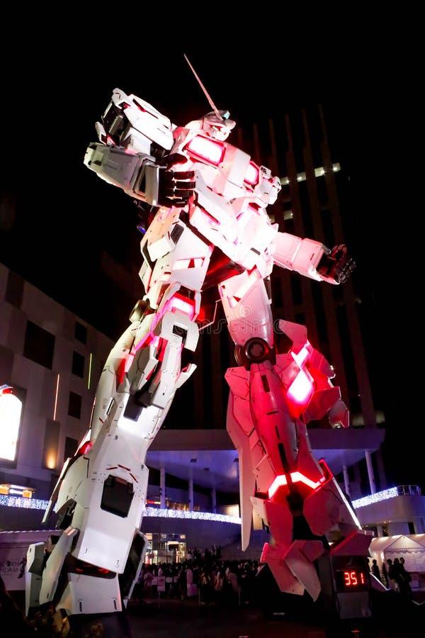 Escena de la noche la leyenda de Gundam el modelo real del tamaño del robot de Gundam en Odaiba, Tokio imagen de archivo libre de regalías
