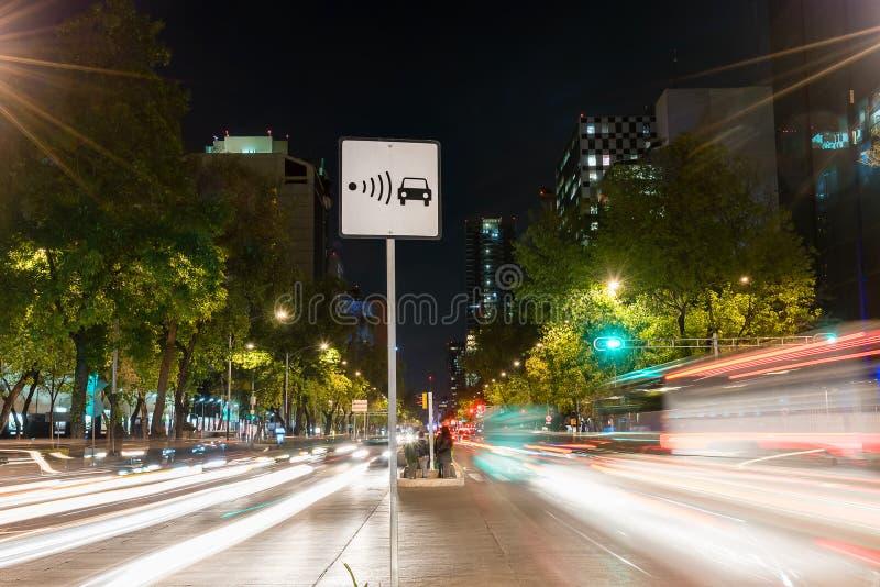 Escena de la noche de la muestra del radar de la velocidad fotos de archivo