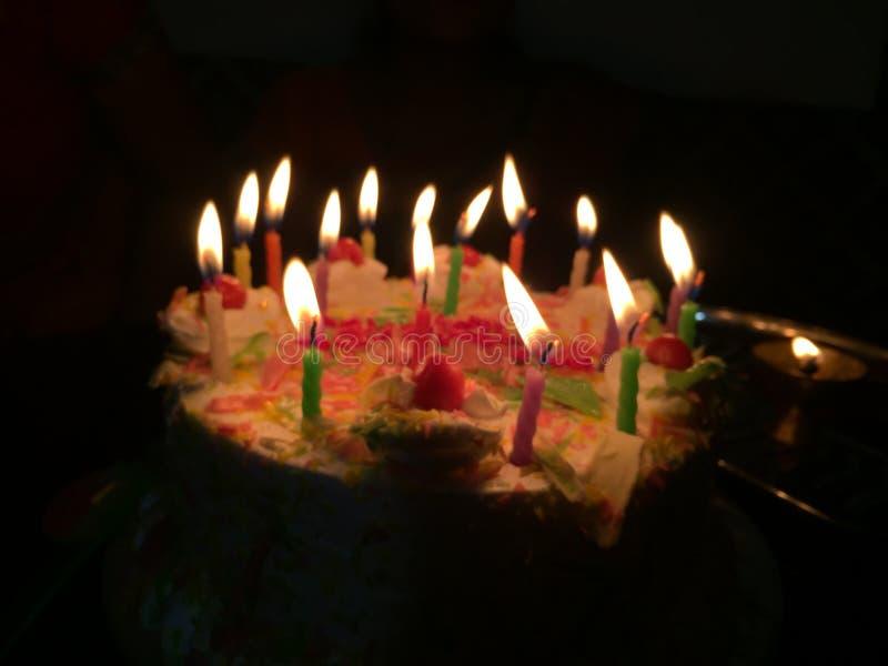 Escena de la noche de la torta de la celebración del cumpleaños foto de archivo libre de regalías