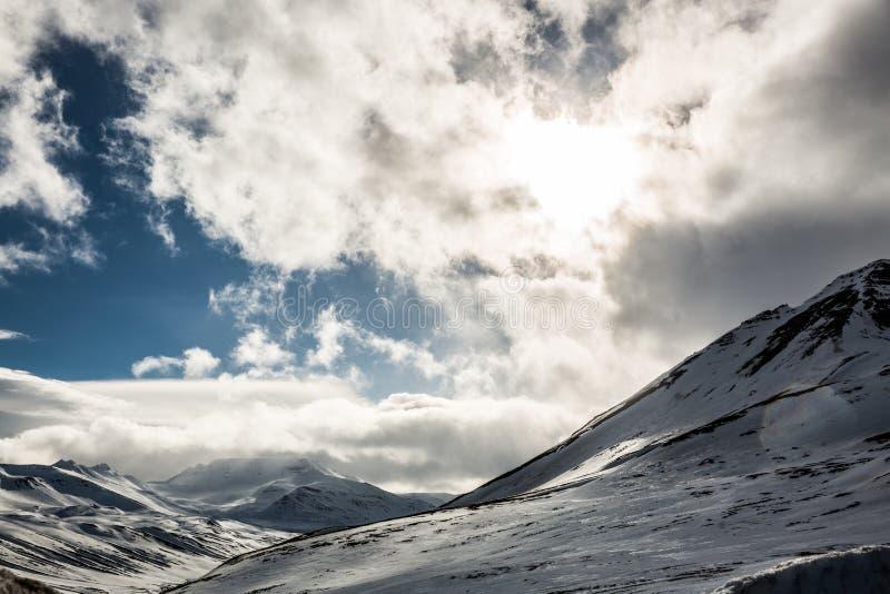 Escena de la nube del invierno Nevado en Escandinavia fotografía de archivo libre de regalías