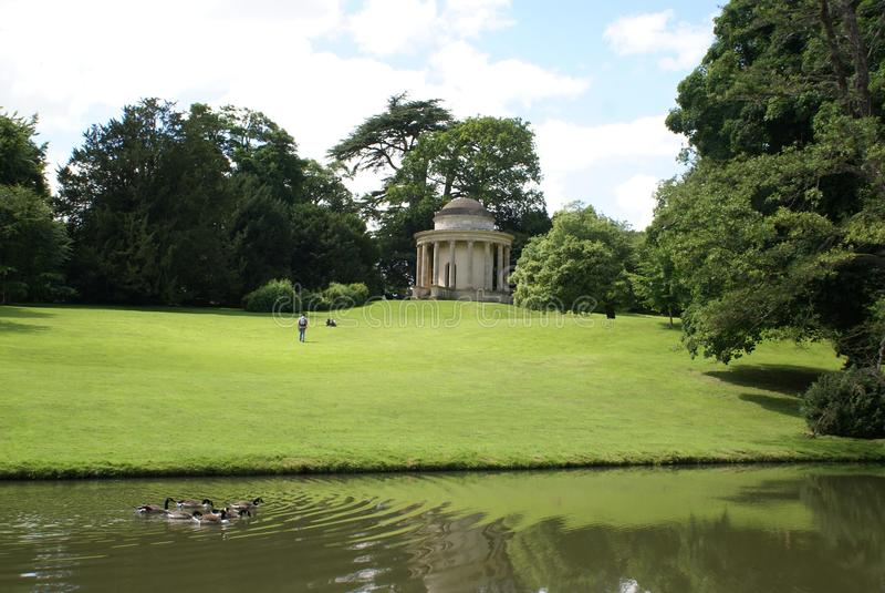Escena de la orilla del lago en Buckingham, Inglaterra fotografía de archivo