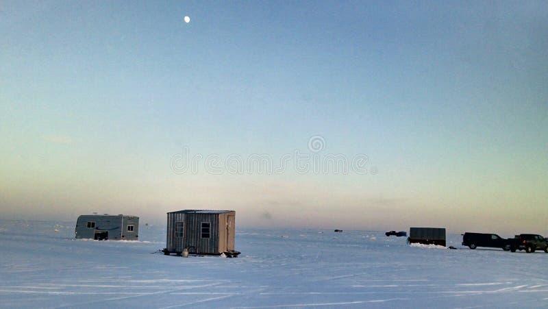 Escena de la pesca del hielo fotos de archivo
