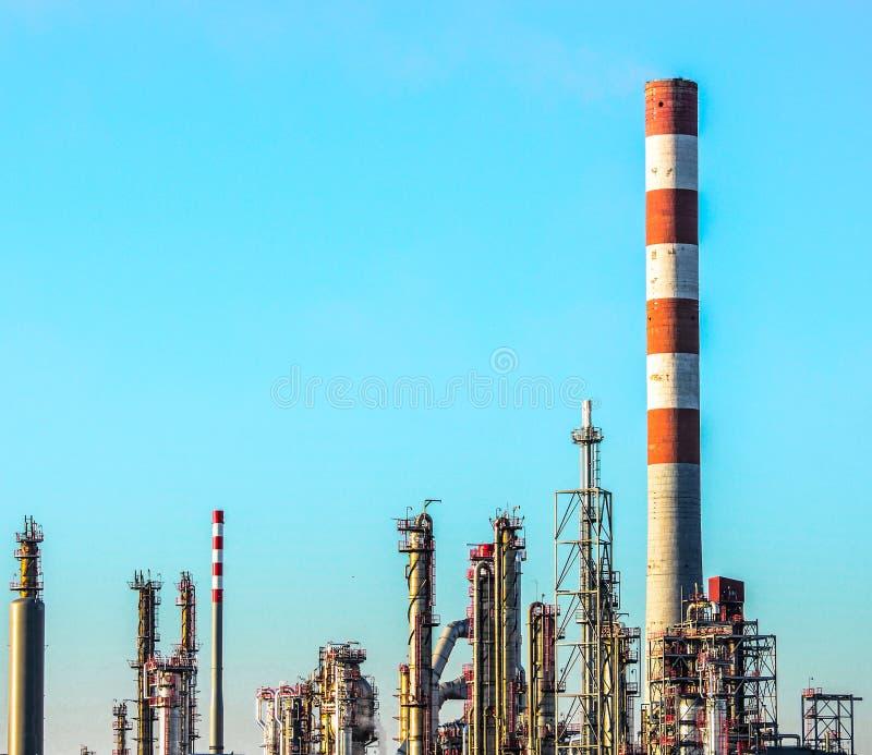Escena de la planta de la refinería de petróleo contra el cielo azul fotos de archivo libres de regalías