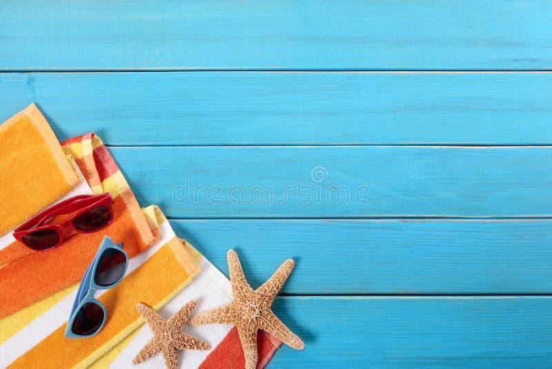 Escena de la playa con decking de madera azul fotografía de archivo libre de regalías