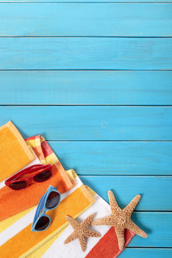 Escena de la playa con decking de madera azul imagenes de archivo