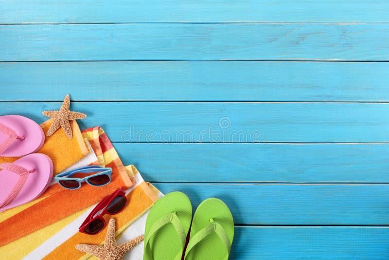 Escena de la playa con decking de madera azul foto de archivo libre de regalías