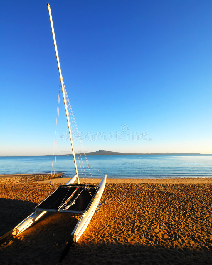 Escena de la playa de la madrugada imágenes de archivo libres de regalías
