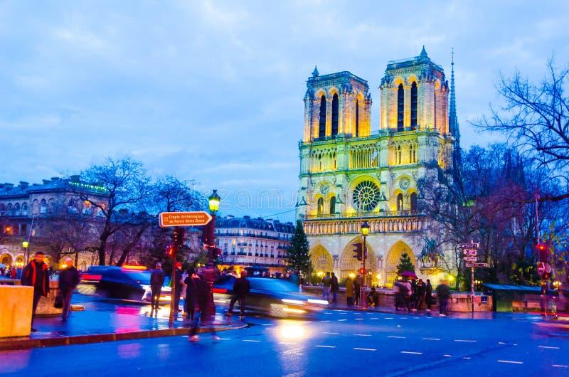 Escena de la puesta del sol en la iglesia de la catedral de Notre Dame en París imagen de archivo libre de regalías