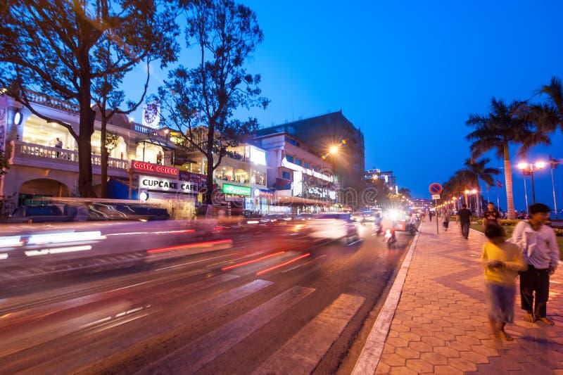 Escena de la vida de noche en el capital Phnom Penh, Camboya foto de archivo