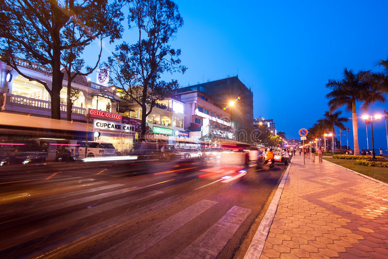 Escena de la vida de noche en el capital Phnom Penh, Camboya imagenes de archivo