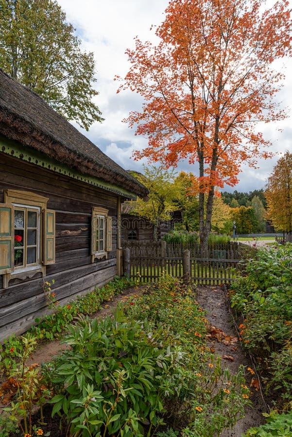 Escena de madera Lituania del otoño de la casa y del jardín foto de archivo libre de regalías