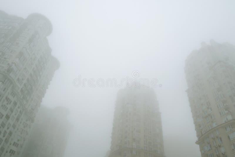 Escena de niebla del paisaje urbano Niebla en la calle de la ciudad Los edificios residenciales de gran altura modernos o los edi imágenes de archivo libres de regalías