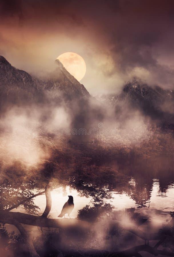 Escena de niebla de la montaña con la Luna Llena y el cuervo solitario que se colocan en una rama imagen de archivo