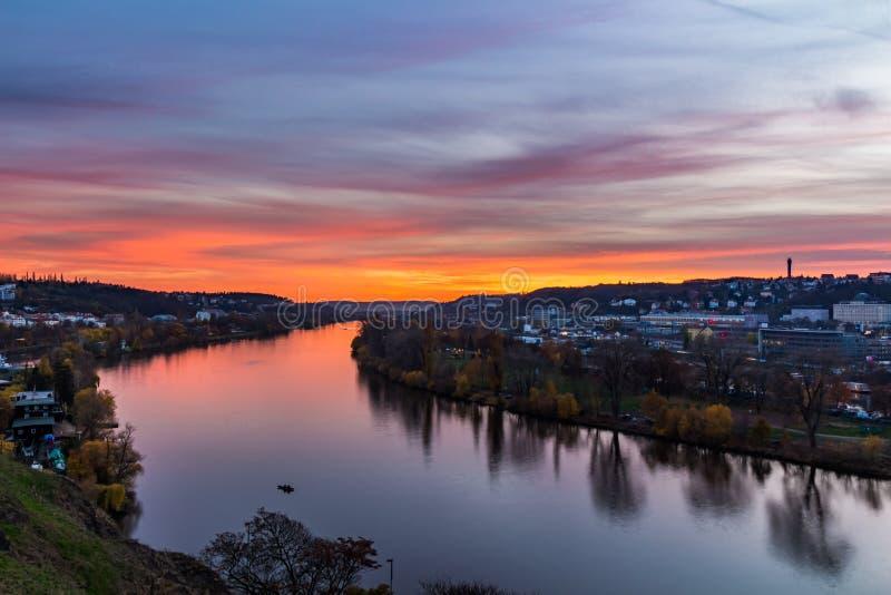 Escena de Praga de la tarde sobre el río de Moldava/de Moldau en Praga tomada desde arriba del castillo de Vysehrad, República Ch imagen de archivo