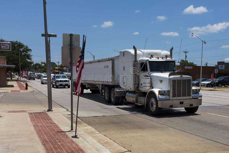 Escena de Stret en la ciudad de Giddings con los coches y los camiones a lo largo de la carretera en Tejas fotografía de archivo libre de regalías