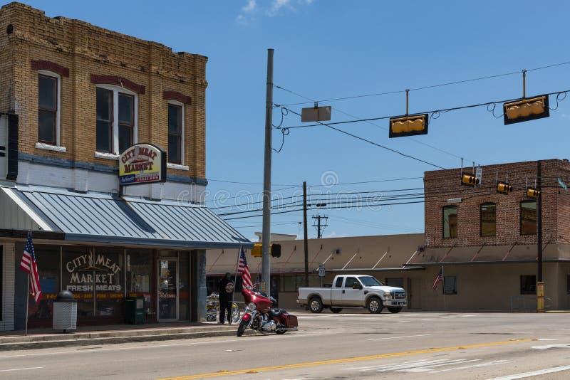 Escena de Stret en la ciudad de Giddings en la intersección de U S Carreteras 77 y 290 en Tejas fotografía de archivo