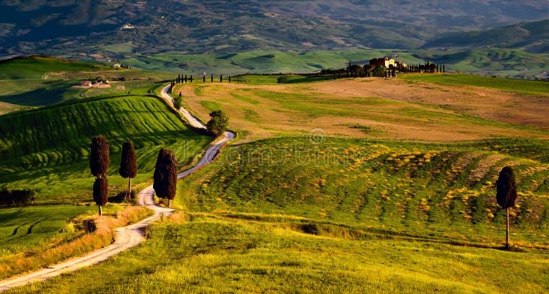 Escena de Toscana de la película del gladiador con el camino y el cortijo imagen de archivo