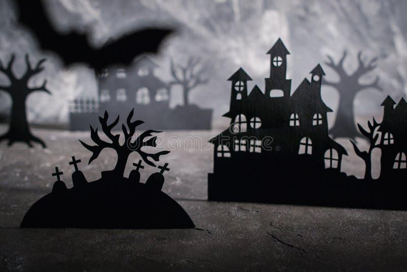 Escena de Víspera de Todos los Santos Casas de papel y árboles brumosos oscuros en cementerio imágenes de archivo libres de regalías