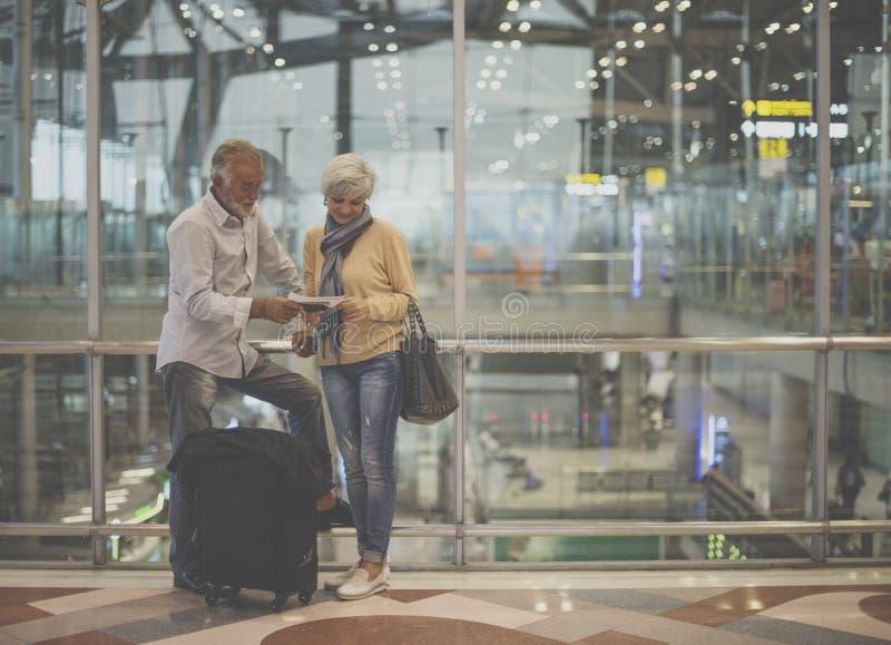 Escena del aeropuerto de los pares que viaja mayores fotografía de archivo libre de regalías