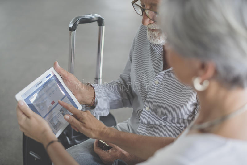 Escena del aeropuerto de los pares que viaja mayores imagen de archivo libre de regalías