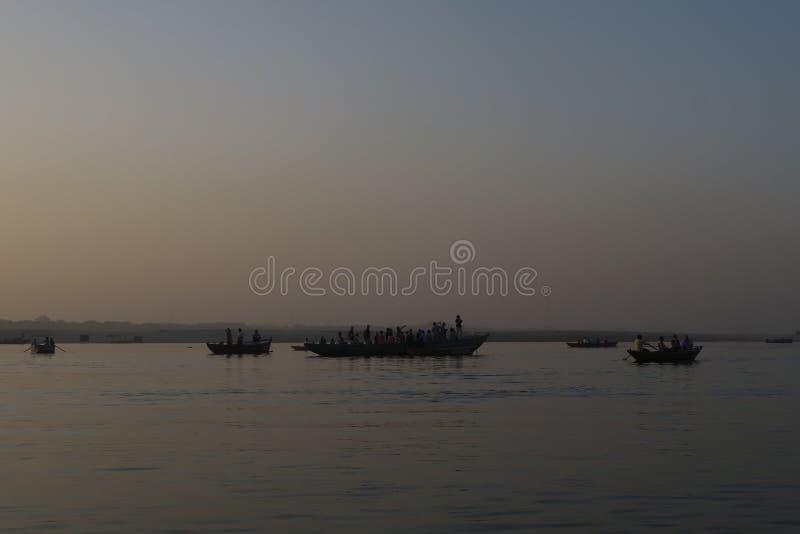 Escena del agua con la gente en el barco en el río del Ganges imágenes de archivo libres de regalías