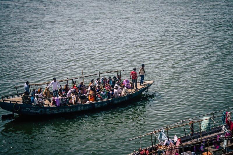 Escena del agua con la gente en el barco en el río del Ganges fotos de archivo libres de regalías