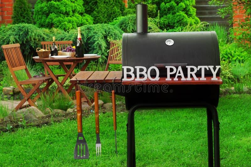 Escena del Bbq del fin de semana del verano con la parrilla del carbón de leña en el patio trasero imagen de archivo