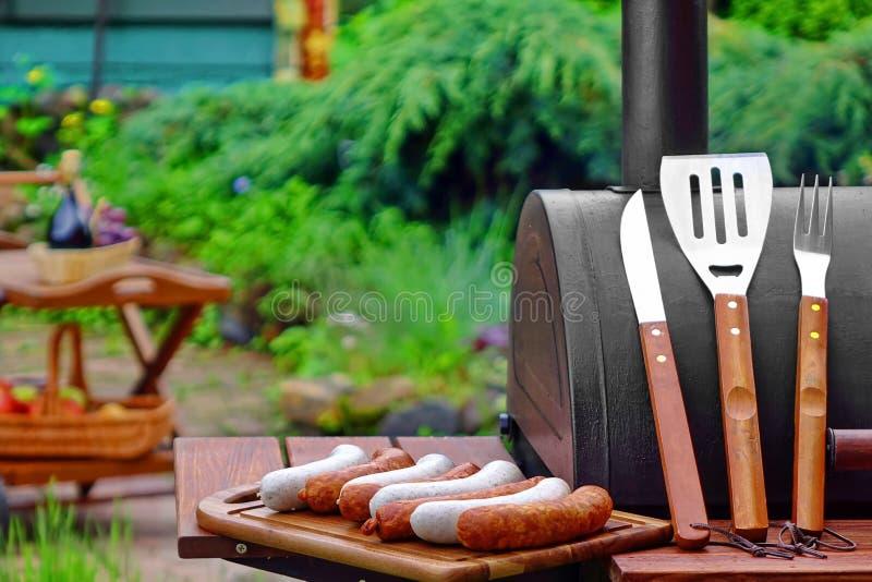 Escena del Bbq del fin de semana del verano con la parrilla del carbón de leña en el patio trasero imágenes de archivo libres de regalías