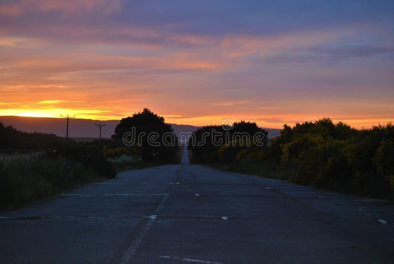 Escena del camino en la puesta del sol fotografía de archivo libre de regalías