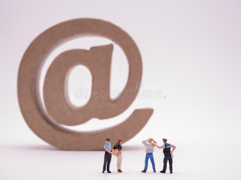 Escena del crimen de la policía con el icono del correo electrónico foto de archivo