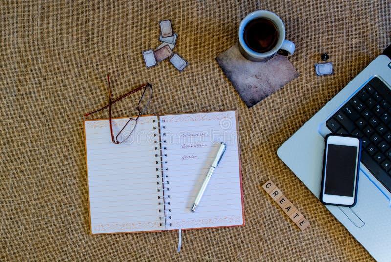 Escena del diario con el libro abierto del diario imagenes de archivo